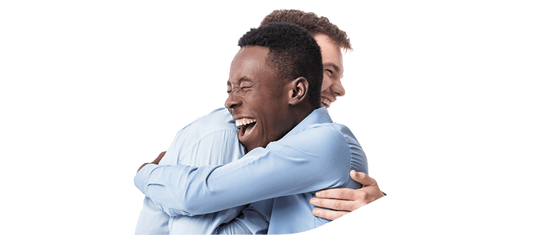 Dois homens se abraçando